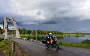 Die besten Routen für eine Motorradtour ans Nordkap Bild 6 Breit und mächtig: Manche Flüsse in der Weite des Nordens fließen auch mal still und ruhig dahin © Feelgood Reisen