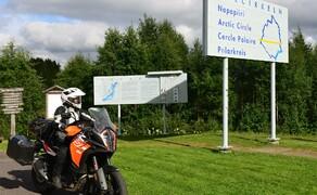 Die besten Routen für eine Motorradtour ans Nordkap Bild 7 Zwei Mal überquerst du den Polarkreis auf deiner Reise ans Nordkap – auf dem Hinweg nordwärts und auf der Rückreise gen Süden © Feelgood Reisen