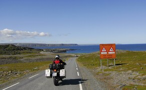 Die besten Routen für eine Motorradtour ans Nordkap Bild 8 Nördlicher geht's nimmer: Echte Entdecker-Typen fahren nicht allein ans Nordkap – sondern auf der Eismeer-Route bis kurz vor die russische Grenze © Feelgood Reisen