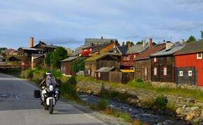 Die besten Routen für eine Motorradtour ans Nordkap Bild 11 Gen Süden wird die Besiedelung wieder dichter: historische Ortschaft Røros in den Bergen Ostnorwegens. © Feelgood Reisen