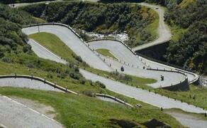 Geführte Motorradreisen mit Feelgood Reisen Bild 9 Kurvenfest in den Alpen – im September führt Feelgood Reisen durch die Schweiz © Heinz Schoch, Feelgood Reisen