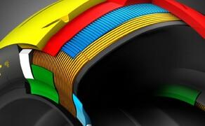 Dunlop Sportsmart MK3 Test Rennstrecke und Landstrasse Bild 15 Noch komplexer wirkt der Hinterradaufbau. Hier ist die harte Laufflächenmischung (in rot) gut erkennbar. In der Mitte sorgt sie für eine hohe Laufleistung auf der Autobahn. An den Flanken für etwas Stabilität unterhalb der weichen (gelben) Mischung.