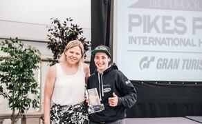Wunderlich Motorsport beim Pikes Peak 2019 Bild 3 Lucy Glöckner bekommt den Rookie of the Year Award überreicht