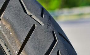 BMW R1250GS Attack Dauertest Bild 1 An der Reduzierung der Angststreifen wird noch gearbeitet. Die Gripreserven vom Conti Trial Attack 3 sind jedoch enorm. Der Reifen ist für uns die erste Wahl bei sportlicher Fahrweise. Auch wenn die Lebensdauer geringer ist wie z.B. beim vergleichbaren Bridgestone A41.
