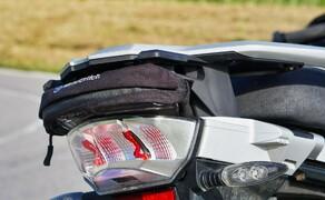 BMW R1250GS Attack Dauertest Bild 4 Wunderlich nutzt ungenützte Räume an der GS geschickt für kleine Raumwunder aus. ein guter Staufach für einen kompakten Regenschutz oder einen Sonnenbrille