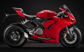 """Motorrad Neuheiten 2020 Bild 19 Die Panigale mit Zweizylindermotor wurde grundlegend überarbeitet und in Panigale V2 umbenannt. Sie erhielt ein neues Design und verfügt über eine hochentwickelte Elektronik. Eine verbesserte Ergonomie und die geänderte Fahrwerksabstimmung erhöhen sowohl den Fahrkomfort als auch das Sportpotential und machen die Panigale angenehmer und benutzerfreundlicher denn je. <a href=""""/modellnews-3006115-ducati-panigale-v2-weiterentwicklung-der-959"""">Hier findest du alle Infos und Bilder</a>."""