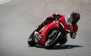 """Motorrad Neuheiten 2020 Bild 20 Die Panigale mit Zweizylindermotor wurde grundlegend überarbeitet und in Panigale V2 umbenannt. Sie erhielt ein neues Design und verfügt über eine hochentwickelte Elektronik. Eine verbesserte Ergonomie und die geänderte Fahrwerksabstimmung erhöhen sowohl den Fahrkomfort als auch das Sportpotential und machen die Panigale angenehmer und benutzerfreundlicher denn je. <a href=""""/modellnews-3006115-ducati-panigale-v2-weiterentwicklung-der-959"""">Hier findest du alle Infos und Bilder</a>."""