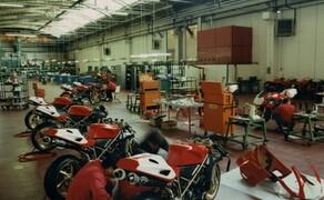 Throwback: Originale Studiobilder der Ducati 916, 996 und 998 Bild 2 Die Endmontage der 916 Racing im Ducati Werk.