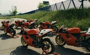 Throwback: Originale Studiobilder der Ducati 916, 996 und 998 Bild 6 Das fertige Produkt: die Ducati 916 Racing außerhalb des Werks und bereit für die Rennstrecke.