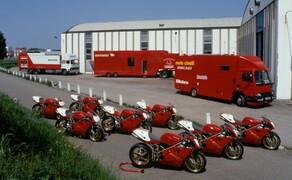 Throwback: Originale Studiobilder der Ducati 916, 996 und 998 Bild 7 Mit diesen Transport-LKWs wurde die Ducati 916 Racing höchstwahrscheinlich zu den verschiedensten Rennstrecken transport. Sie erwies sich als großer Erfolg für Ducati.