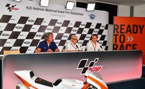 KTM RC4R 2020 - neue Einsteiger Cup Maschine Bild 5 v.l.n.r.: Hermann Tomczyk (ADAC-Sportpräsident), Carmelo Ezpeleta (Geschäftsführer Dorna Sports), Pit Beirer (KTM Motorsport Director)