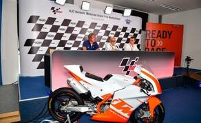 KTM RC4R 2020 - neue Einsteiger Cup Maschine Bild 6 v.l.n.r.: Hermann Tomczyk (ADAC-Sportpräsident), Carmelo Ezpeleta (Geschäftsführer Dorna Sports), Pit Beirer (KTM Motorsport Director)