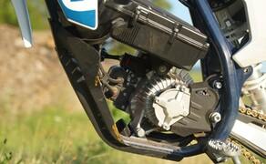 Husqvarna EE5 Kinder Motocross Bild 14 Das niedliche Teil sollte nicht als Spielzeug betrachtet werden. Es dient als vollwertiges Sportgerät und erlaubt Fahrmanöver wie auf Benzinmotorrädern.