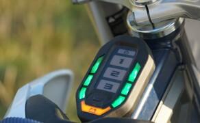 Husqvarna EE5 Kinder Motocross Bild 4 Das Bedienelement gibt Auskunft über den Ladezustand des Akkus. Auch die Leistungsmodi können hier eingestellt werden.
