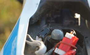 Husqvarna EE5 Kinder Motocross Bild 6 Schlaues Detail - Hier war wohl ein Vater in der Entwicklungsabteilung am Werk. Unter der Sitzbank gibt es einen Masterkey. Ist dieser abgezogen, lassen sich die Leistungsmodi vom Sohn oder der Tochter nicht mehr verstellen.