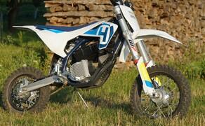 Husqvarna EE5 Kinder Motocross Bild 15 Das lauteste Geräusch an der Maschine ist das Surren der Kette. Die Maschine kann also im urbanen Gebiet, im Garten oder am Acker eingesetzt werden.
