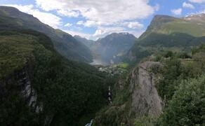 Norwegen Reisebericht - Ein Traum auf zwei Rädern Bild 19 Am Ende des Gebirgsplateaus folgt das nächste Highlight: Der Geirangerfjord. Von oben ist der Blick auf Norwegens bekanntesten Fjord ein Traum.