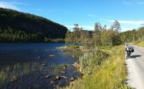 Norwegen Reisebericht - Ein Traum auf zwei Rädern Bild 2 Wer sich schöne Landschaften erst im Norden Norwegens erwartet, der irrt gewaltig. Vom Hafen aus nur 10 Minuten landeinwärts beginnt schon die Idylle.