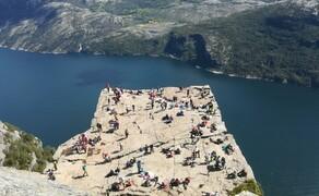 Norwegen Reisebericht - Ein Traum auf zwei Rädern Bild 3 Der Preikestolen, eine der berühmtesten Sehenswürdigkeiten Norwegens. Über 600 m geht es senkrecht hinunter zum Wasser. Erreichbar ist das Plateau nur durch eine ca. 2 stündige Wanderung. Doch...