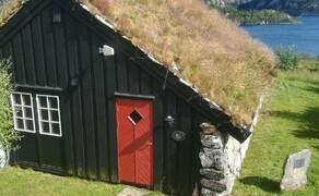 Norwegen Reisebericht - Ein Traum auf zwei Rädern Bild 6 Traditionelle norwegische Holzhütten mit begrünten Dächern und bunten Fenstern und Türen bieten überall im Land günstig und sehr idyllisch Unterkunft.