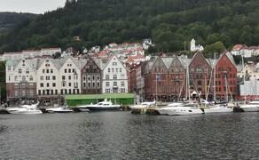 """Norwegen Reisebericht - Ein Traum auf zwei Rädern Bild 8 Die Hansestadt Bergen ist mit ihren windschiefen Holzhäusern und engen Gassen nicht nur sehr ansehnlich, sondern bietet auch eine interessante Geschichte. Einzig das Wetter ist eher unvorteilhaft. 248 Regentage pro Jahr machen Bergen zur """"Regenhauptstadt"""" Europas."""