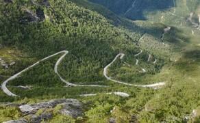 Norwegen Reisebericht - Ein Traum auf zwei Rädern Bild 12 Der Utsikten-Aussichtspunkt markiert vielleicht den Höhepunkt der Gaularfjellet-Straße, doch auch sonst ist sie ein richtiges Schmankerl. Vom Fjord hinauf in die Berge und wieder runter ins Fjord auf top Asphalt, durch viele Kurven und kaum Verkehr. Leiwand!