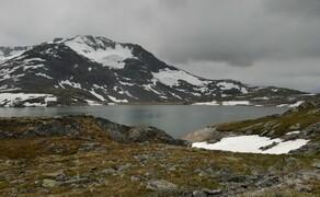 Norwegen Reisebericht - Ein Traum auf zwei Rädern Bild 18 Gletscher, Schmelzwasserseen und Schneewehen zieren die Umgebung der Straße.
