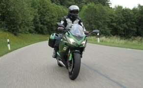 Kawasaki Sporttourer Vergleichstest Bild 9 Der Motor der Z1000SX ist feinfühlig abgestimmt und reagiert sehr fahrerfreundlich auf jede einzelne Bewegung am Gasgriff.