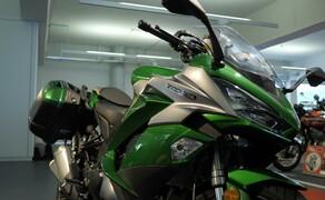 Kawasaki Sporttourer Vergleichstest Bild 15 Die Windschutzscheibe bietet ausreichend Schutz und fügt sich gut in die Linie des Motorrads ein.