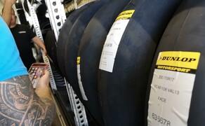 Die Technik der Moto2 - Hinter den Kulissen Bild 20 Insgesamt haben sie 3.000 Reifen mit an Bord.