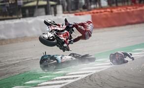 MotoGP Silverstone 2019 Bild 6 Quartararo stürzt vor Dovizioso, der kann nicht mehr ausweichen und kollidiert mit der dahinschlitternden Petronas Yamaha und hebt förmlich ab. Beim harten Aufprall geht Doviziosos Ducati in Flammen auf. Er selbst zieht sich eine Gehirnerschütterung zu.  Sein Einsatz in Misano ist fraglich.