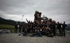 European Bike Week- Harleyparty am Faaker See Bild 1 Das legendäre Denkmal im Kreisverkehr wird von einer italienischen Gruppe für ein Erinnerungsfoto genutzt