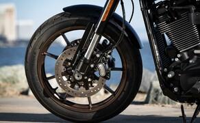 Harley-Davidson Low Rider S 2020 Test in Kalifornien Bild 18 Im Sattel darf man sich unter anderem an einem neuen Fahrwerk erfreuen. Vorne wurde eine 43mm Upside Down Gabel von Showa montiert. Verzögert wird vorne mit einer Doppelscheibenanlage.