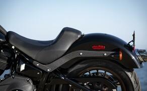 Harley-Davidson Low Rider S 2020 Test in Kalifornien Bild 19 Das Monoshock Federbein hinten verfügt über eine hydraulisch einstellbare Federvorspannung.