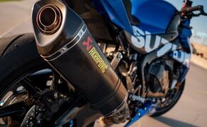 Suzuki Virus 1000 R Tune-Up Bild 3 Der Slip-On von Akrapovic steht nicht nur der Suzuki GSX-R 1000, sondern auch unserer Virus bestens. Mit seinem Carbon Look passt er auch optimal zum Rest des Fahrzeugs. Verarbeitung und Sound sind wie gewohnt top.