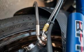 Suzuki Virus 1000 R Tune-Up Bild 16 Für eine weitere Verbesserung der Bremsleistung haben wir eine komplette Stahlflex-Lösung vom deutschen Premium-Anbieter HEL Performance verbaut. Der Kit kommt mit hochwertigen Edelstahl-Hohlschrauben und allem notwendigen Zubehör. Für die Suzuki GSX-R 1000 als Basis gibt es sogar eine ABE. Vor allem für den engagierten Rennstreckenbetrieb eine sehr empfehlenswerte Investition!