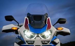 Honda CRF 1100 L Adventure Sports Test der Reissenduro Bild 17 Die neuen LED Frontleuchten bieten ein neues Kurvenlicht. Auch hier greift man auf die IMU Schräglagendaten zurück.