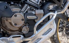Honda CRF 1100 L Adventure Sports Test der Reissenduro Bild 9 Das DCT Getriebe selbst, sollte mittlerweile allen unseren Lesern ein Begriff sein. Doch gerade bei einem Offroad-Modell sind einige Vorteile des Systems interessant. Durch den nahezu nahtlosen Übergang zwischen den Gängen, hat man beim Schalten kaum störende Einflüsse auf die Traktion am Hinterrad. Auch gibt es kaum Lastwechselreaktionen und das Fahrzeug bleibt stabiler. Das kommt flotten und vorsichtigen Piloten entgegen.