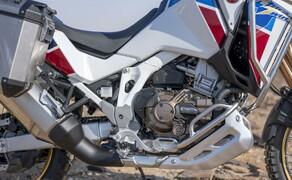 Honda CRF 1100 L Adventure Sports Test der Reissenduro Bild 13 Bei beiden Modellen wurde das Motorrad im Bereich der Sitzbank schmäler. Schon alleine das erhöht die Zugänglichkeit der Modelle.
