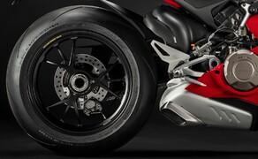 Ducati Panigale V4 2020 Bild 8 Der Ducati Quick Shifter ist High-Tech-Hokuspokus vom feinsten. Vom Gyro-Sensor wird die Schräglage abgerufen, außerdem wird noch die Drosselklappenstellung, die Gangstufe und mehr miteinberechnet um den optimalen Schaltvorgang zu ermöglichen.