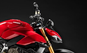 Ducati Streetfighter V4 2020 Bild 10 Statt dem Stummellenker der Panigale krönt die Vordergabel der Streetfighter V4 ein erhöhter Lenker. In Verbindung mit den versetzten Fußrasten ergibt das eine sportliche, aber trotzdem noch Naked-Bike-geeignete Sitzposition.