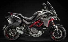 """Ducati Motorradneuheiten 2020 Bild 8 Die Multi für die richtig große Tour! Mit ihrem Namen - Ducati Multistrada 1260S Grand Tour - legt sie ja schon ordentlich vor. Mit serienmäßig verbautem Hauptständer, Koffersystem, Heizgriffe und Tempomat wird sie diesem Namen auch gerecht. Auch sonst macht die neue Multi ordentlich was her. 158 PS aus dem 1262 Kubik Testastretta V-Zweizylinder, 130 Nm ab 7500 Touren und ein umfangreiches Elektronikpaket sorgen auf der Multistrada 1260S Grand Tour nicht nur für lange sondern auch spaßige Fahrten. Mehr zur neuen Multi könnt ihr in unserem <a href=""""https://www.1000ps.at/modellnews-3006114-ducati-multistrada-1260-s-grand-tour-2020"""">Ducati Multistrada 1260S Grand Tour 2020 Bericht</a> lesen."""