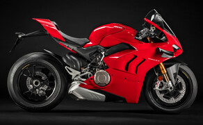 """Ducati Motorradneuheiten 2020 Bild 6 Die Ducati Panigale V4 war schon bisher kein Kind von Traurigkeit. 214 PS Leistung bei unter 200 kg Gewicht haben wohl kaum ein Update nötig. Deswegen konzentriert sich Ducati 2020 auf das Handling und die Zugänglichkeit der Panigale V4. Ausgehend vom Feedback der Kunden und der Presse wurden unter anderen das Fahrwerk, die Traktionskontrolle, der Quick-Shifter und das Zusammenspiel zwischen Ride-by-Wire und der Leistungsentfaltung überarbeitet. Außerdem übernehmen die V4 und V4 S einige Merkmale von der V4 R. Am auffälligsten davon mit Sicherheit das Aerodynamik-Paket der V4 R. Mit diesem stehen ab 2020 alle V4-Modelle mit Winglets und kantiger Verkleidung richtig scharf da. Noch mehr Details zum Supersportler-Platzhirsch von Ducati gibt es im <a href=""""https://www.1000ps.at/modellnews-3006112-ducati-panigale-v4-2020-veraenderungen-neuheiten-eckdaten"""">Panigale V4 2020 Bericht</a>."""