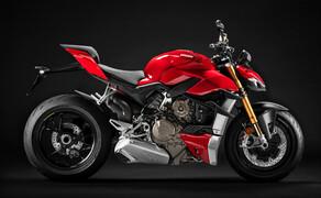"""Ducati Motorradneuheiten 2020 Bild 2 Es gibt einen neuen Platzhirsch im Super-Naked-Bereich. Zumindest am Papier ist die Ducati Streetfighter V4 das stärkste Naked-Bike mit 208 PS. Auch strotzt sie nur so vor Sportlichkeit. Wenig verwunderlich, basiert sie doch auf der Panigale V4. Diese Verwandschaft merkt man auch deutlich. Der Desmosedici Stradala V4-Motor mit 1.103 cm³ wird nur minimal von Verkleidungsteilen verdeckt. Bei der Streetfighter gilt: Form follows function. Auch elektronische Assistenzsysteme sind in Hülle und Fülle vorhanden. Es gibt nichts, was es nicht gibt. Traktionskontrolle, Fahrmodi, Wheeliekontrolle, Slide Control, Kurven-ABS, Quick-Shifter und ein 3-stufiges Schnellstartsystem sind nur ein Teil der ewig langen Liste. Die vollständige Austattung und alle Details zur Streetfighter V4 findet ihr <a href=""""https://www.1000ps.at/modellnews-3006119-ducati-streetfighter-v4-2020-next-level-naked-bike"""">hier in unserem Bericht</a> dazu."""