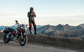 """Ducati Motorradneuheiten 2020 Bild 9 Die Multi für die richtig große Tour! Mit ihrem Namen - Ducati Multistrada 1260S Grand Tour - legt sie ja schon ordentlich vor. Mit serienmäßig verbautem Hauptständer, Koffersystem, Heizgriffe und Tempomat wird sie diesem Namen auch gerecht. Auch sonst macht die neue Multi ordentlich was her. 158 PS aus dem 1262 Kubik Testastretta V-Zweizylinder, 130 Nm ab 7500 Touren und ein umfangreiches Elektronikpaket sorgen auf der Multistrada 1260S Grand Tour nicht nur für lange sondern auch spaßige Fahrten. Mehr zur neuen Multi könnt ihr in unserem <a href=""""https://www.1000ps.at/modellnews-3006114-ducati-multistrada-1260-s-grand-tour-2020"""">Ducati Multistrada 1260S Grand Tour 2020 Bericht</a> lesen."""