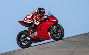 """Ducati Motorradneuheiten 2020 Bild 5 Totgeglaubte leben länger. 2017 kam die Panigale 1299 R Final Edition und damit der vermeintliche Abschied vom V2-Motor in der Panigale. Doch siehe da, anscheinend gibt es doch noch Bedarf an der kleinen Schwester der V4. 2020 ist sie zurück und das mit fescher Optik, feinen Komponenten und 155 PS aus dem 955cm³ großen V2-Motor. Laut Ducati CEO Domenicali das perfekte Rennstrecken-Motorrad für Einsteiger. Aber die Panigale V2 ist bei weitem kein Kinderkram. Showa und Sachs Federelemente, Brembo Bremssysteme, TFT-Display und jede Menge elektronische Features machen sie sehr wohl erwachsen. Die genauen Spezifikationen, Daten und Bilder findet ihr in unserem <a href=""""https://www.1000ps.at/modellnews-3006115-ducati-panigale-v2-weiterentwicklung-der-959"""">Ducati Panigale V2 2020 Bericht</a>."""