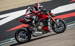 """Ducati Motorradneuheiten 2020 Bild 3 Es gibt einen neuen Platzhirsch im Super-Naked-Bereich. Zumindest am Papier ist die Ducati Streetfighter V4 das stärkste Naked-Bike mit 208 PS. Auch strotzt sie nur so vor Sportlichkeit. Wenig verwunderlich, basiert sie doch auf der Panigale V4. Diese Verwandschaft merkt man auch deutlich. Der Desmosedici Stradala V4-Motor mit 1.103 cm³ wird nur minimal von Verkleidungsteilen verdeckt. Bei der Streetfighter gilt: Form follows function. Auch elektronische Assistenzsysteme sind in Hülle und Fülle vorhanden. Es gibt nichts, was es nicht gibt. Traktionskontrolle, Fahrmodi, Wheeliekontrolle, Slide Control, Kurven-ABS, Quick-Shifter und ein 3-stufiges Schnellstartsystem sind nur ein Teil der ewig langen Liste. Die vollständige Austattung und alle Details zur Streetfighter V4 findet ihr <a href=""""https://www.1000ps.at/modellnews-3006119-ducati-streetfighter-v4-2020-next-level-naked-bike"""">hier in unserem Bericht</a> dazu."""