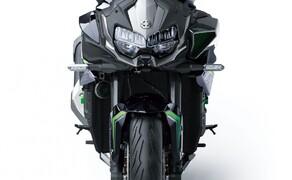 """Kawasaki Neuheiten 2020  Bild 2 Zierlich ist sie nicht gerade. Hier gilt mehr ist mehr- in jeder Hinsicht. <a href=""""/modellnews-3006111-kawasaki-z-h2-2020-daten-fakten-video"""">Hier gehts zum Kawasaki Z H2 Bericht</a>"""