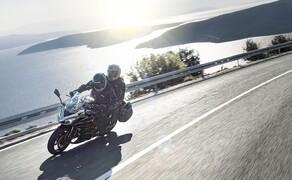 """Kawasaki Neuheiten 2020  Bild 6 Für einen erhöhten Komfort und eine noch bessere Ergonomie wurde der Fahrersitz der <a href=""""/modellnews-3006195-kawasaki-ninja-1000sx-2020"""">Ninja 1000SX</a> stärker gepolstert und ein neues, in vier Stufen verstellbares Windschild für einen besseren Windschutz verbaut – letzteres kann sogar durch eine noch größere Scheibe aus dem Originalzubehör weiter erhöht werden."""