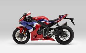 """Honda Motorrad und Roller Neuheiten 2020 Bild 2 Zugegeben flutscht der neue Name nicht mehr ganz so geschmeidig über die Lippen. Honda präsentiert für 2020 einen Nachfolger der Honda CBR1000RR Fireblade. Ab sofort heißt das Supersport Flaggschiff von Honda: <a href=""""/modellnews-3006156-neue-honda-fireblade-2020"""">CBR1000RR-R Fireblade</a>"""